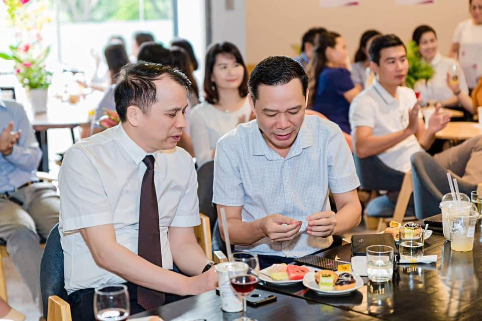 Nguyên thứ trưởng bộ GDĐT Phạm Mạnh Hùng được TGĐ Waveex Việt Nam Nguyễn Hữu Sơn gắn Chip Waveex