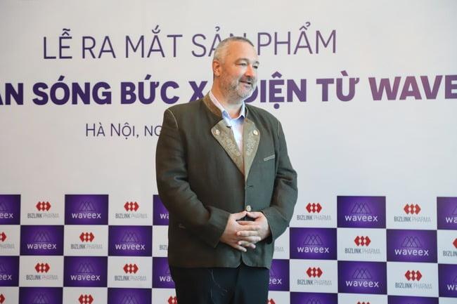 Ông WOLFGANG VOGL, Giám đốc điều hành WaveEX trong buổi lễ ra mắt chip chắn bức xạ điện từ Waveex tại Việt Nam