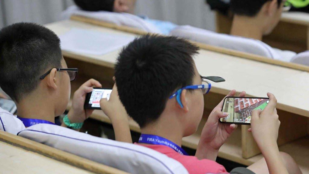 Những tác hại của điện thoại đối với học sinh và trẻ em gây nghiệm game, điện thoại, mạng xã hội