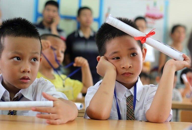 Những tác hại của điện thoại đối với học sinh và trẻ em gây ra giao tiếp thụ động, chán nản học tập